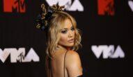 Rita Ora cu părul prins într-o coadă în timp ce pozează pe covorul roșu la Gala MTV VMA 2021