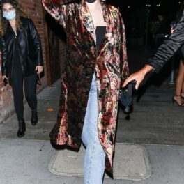 Selena Gomez care a purtat un palton cu imprimeu floral în timp ce încearcă să se ferească de paparazzi