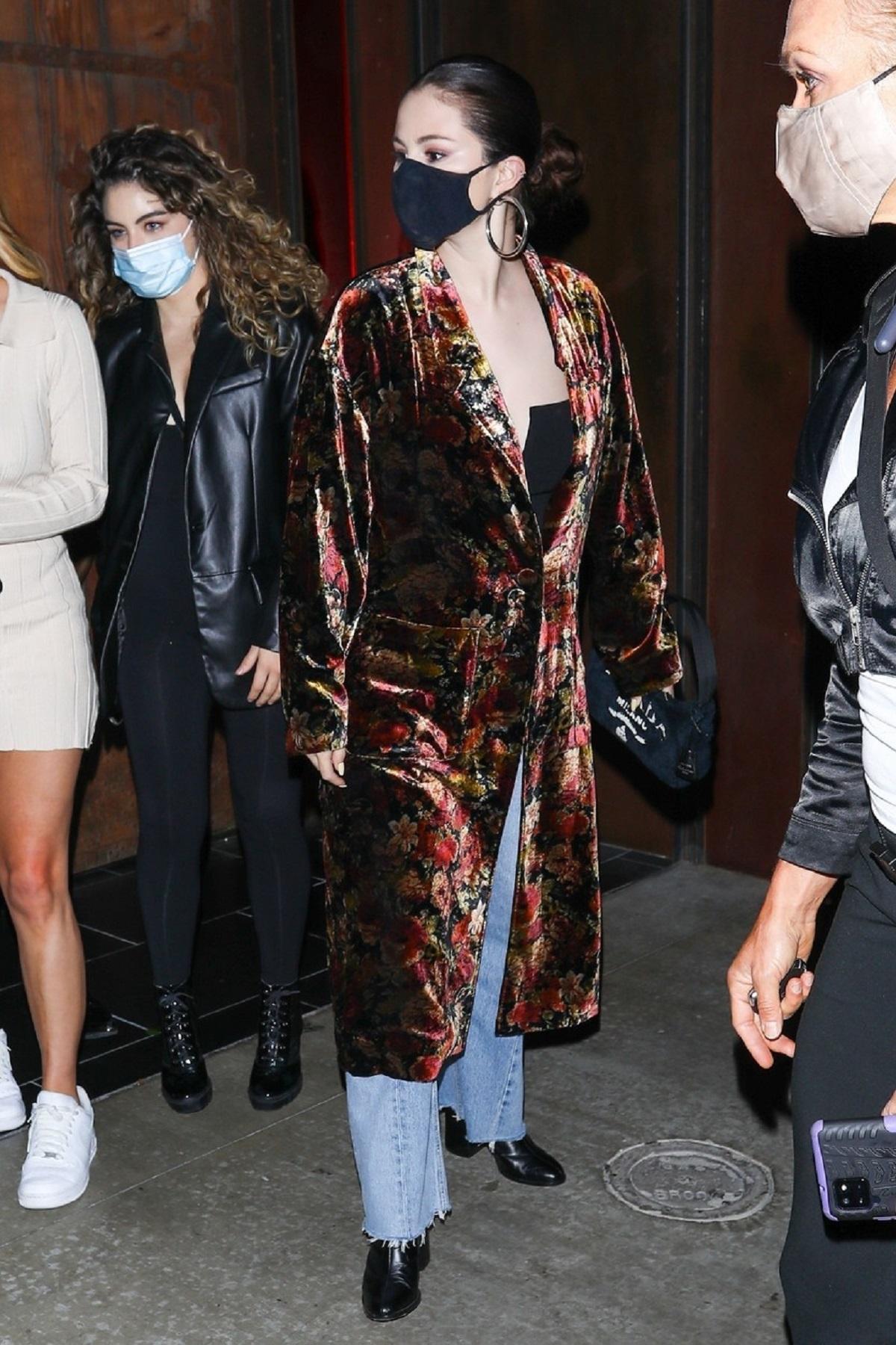 Selena Gomez a purtat un palton cu imprimeu floral și o mască de protecție neagră