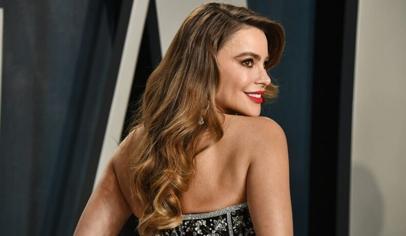 Sofia Vergara cu părul desfăcut pe spate în timp ce poartă o rochie fără bretele pe covorul roșu la Gala Premiilor Oscar
