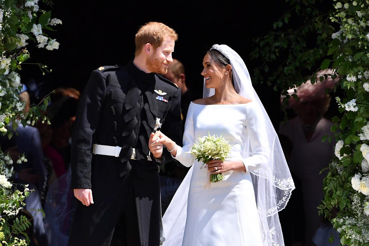 Meghan Markle în rochie de mireasă alături de Prințul Harry la costum la ceremonia lor de căsătorie