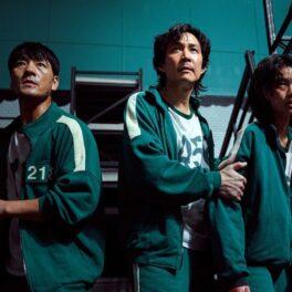 Scenă din serialul Squid Game în care apar cele trei personaje principale interpretate de Ali, Park Hae Soo și Lee Jung-jae