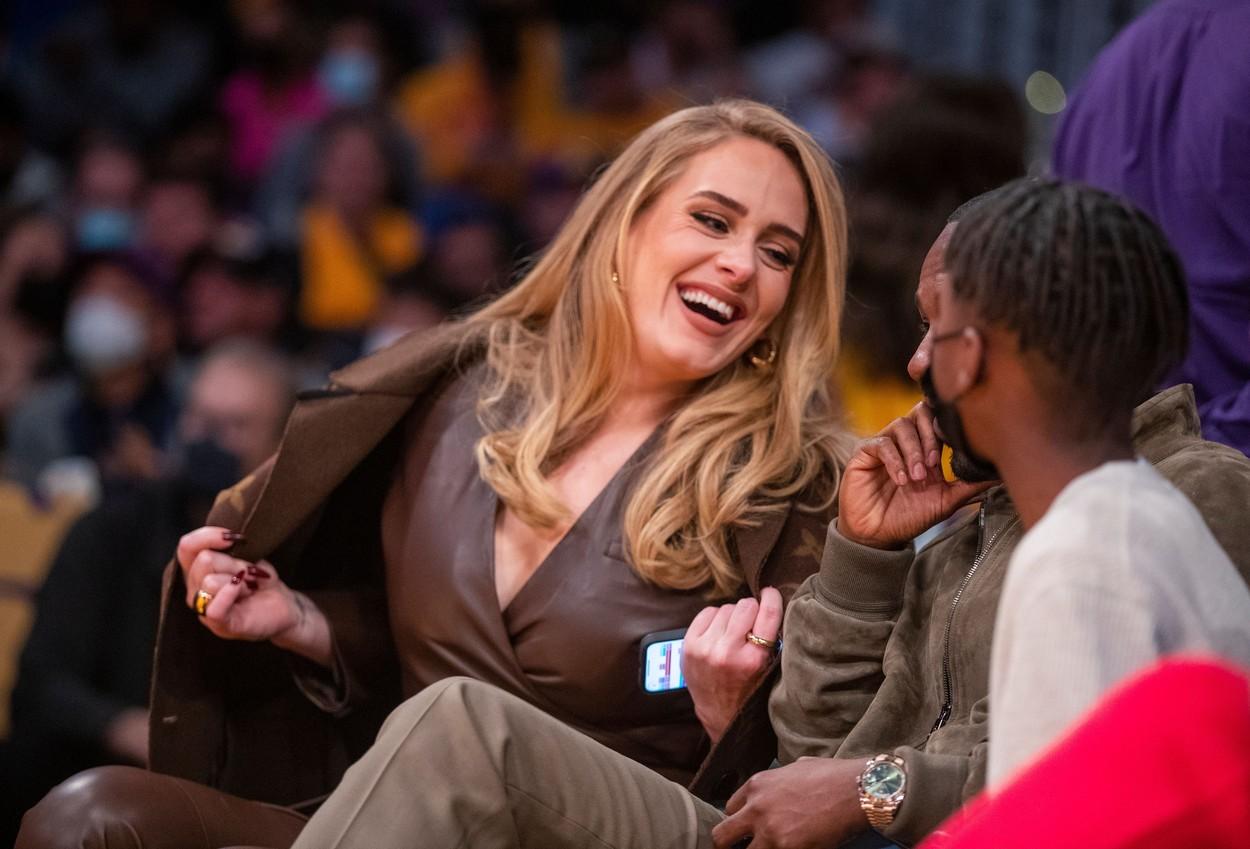 Adele, fotografiată în timp ce râde la iubitul ei, Rich Paul, la un meci de baschet