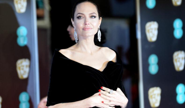 Angelina Jolie, pe covorul roșu, la EE British Academy Film, în 2018