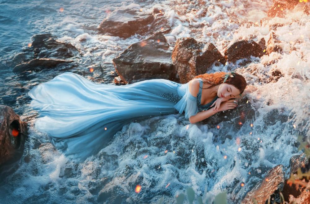 O zână la malul mării, superbă, într-o rochie diafană, care intră pe lista celor mai spontane zodii