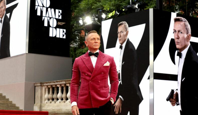 Daniel Craig, la premiera No Time to Die, îmbrăcat într-un sacou roșu