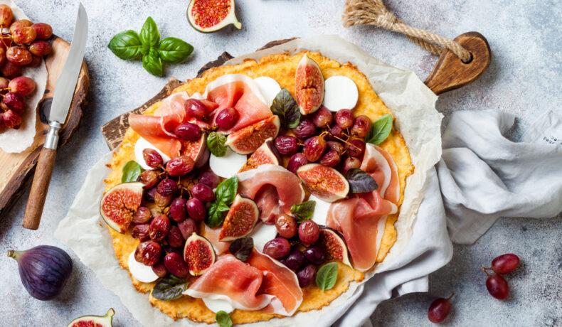O pizza pe blat de conopidă, cu alimente permise în dieta ketogenică