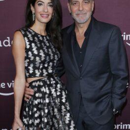 George și Amal Clooney la premiera The Tender Bar, octombrie 2021. George a purtat un costum negru, Amal poartă o rochie neaagră cu aplicații argintii