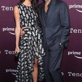 George și Amal Clooney, la premiera The Tender Bar. Sunt îmbrăcați în negru și au mov pe fundal