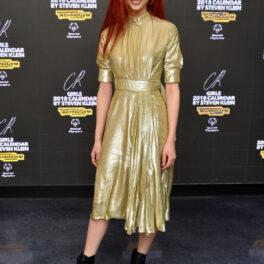 Jung Ho-yeon, cu părul roșcat și îmbrăcată într-o rochie aurie, la evenimentul CR Fashion Book Celebrating, în 2017