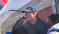 Tom Cruise, fotografiat în timp ce bea apă, după un zbor cu avionul