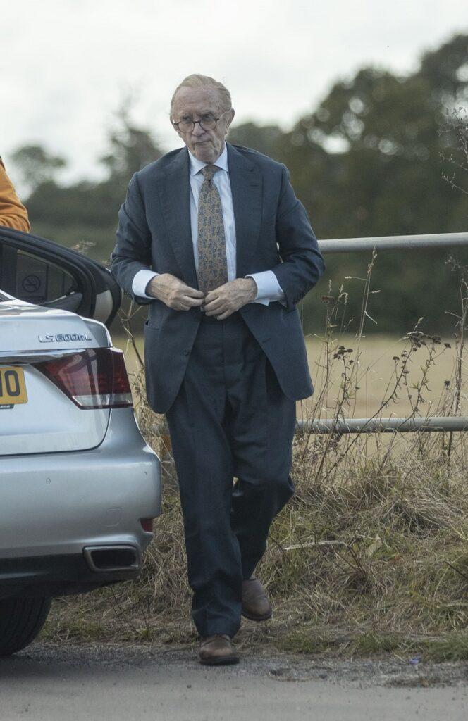 Jonathan Pryce s-a transformat în pprințul Philip la filmările serialului The Crown. Îl va juca pe Ducele de Edinburgh în sezoanele 5 și 6 ale The Crown. A fost fotografiat afară, într-un costum verde închis