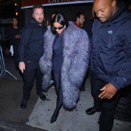 Kim Kardashian, înconjurată de gărzile de corp, la intrarea unui restaurant celebru