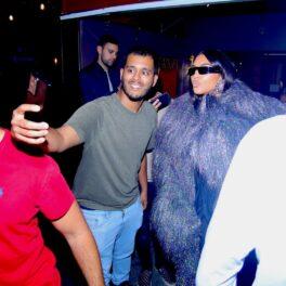 Kim Kardashian, alături de fani, la intrarea unui restaurant celebru