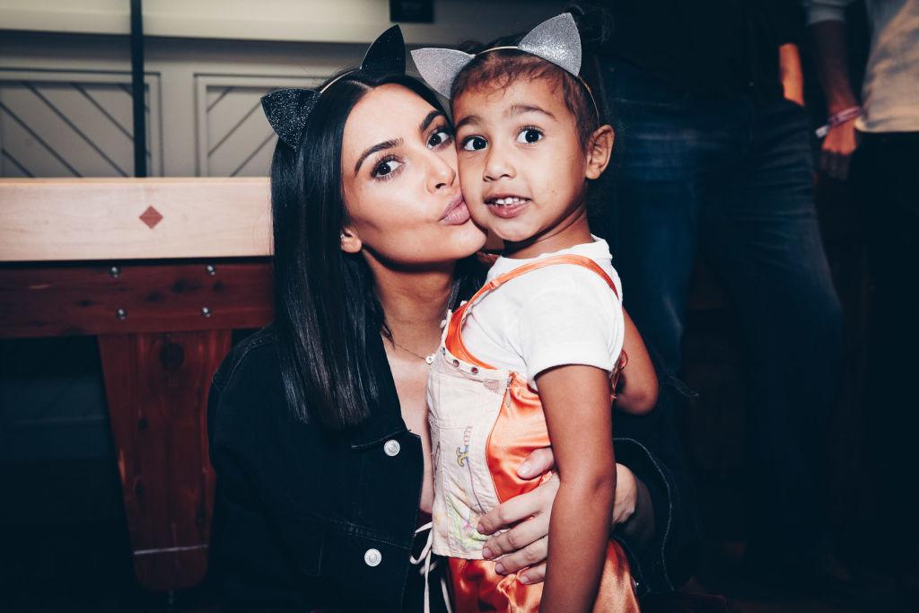 Kim Kardashian, alături de fiica sa, North west, la concertul Arianei Grande, în 2017