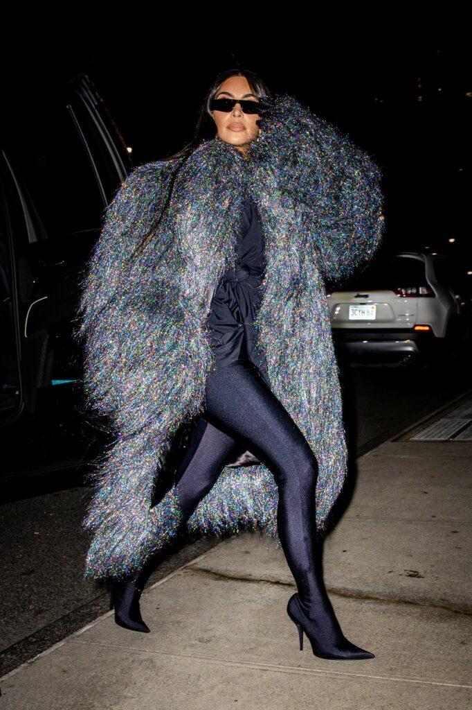 Kim Kardashian, într-o haină excentrică, închisă la culoare, la o cină în oraș