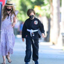 Knox Jolie-Pitt, alături de o femeie necunoscută, într-o rochie mov. El poartă o uniformă neagră de karate. Fanii Angelinei au văzut cum arată Knox Jolie-Pitt la 13 ani