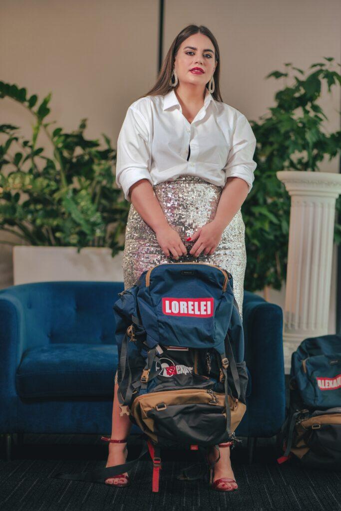 Lorelei Bratu, în picioare, cu rucsacul în mână, la interviul CaTine.ro, despre experiența Asia Express