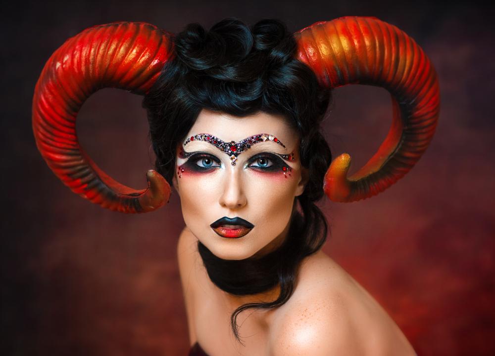 O femeie frumoasă, machiată și deghizată pentru a întruchipa zodia Berbec