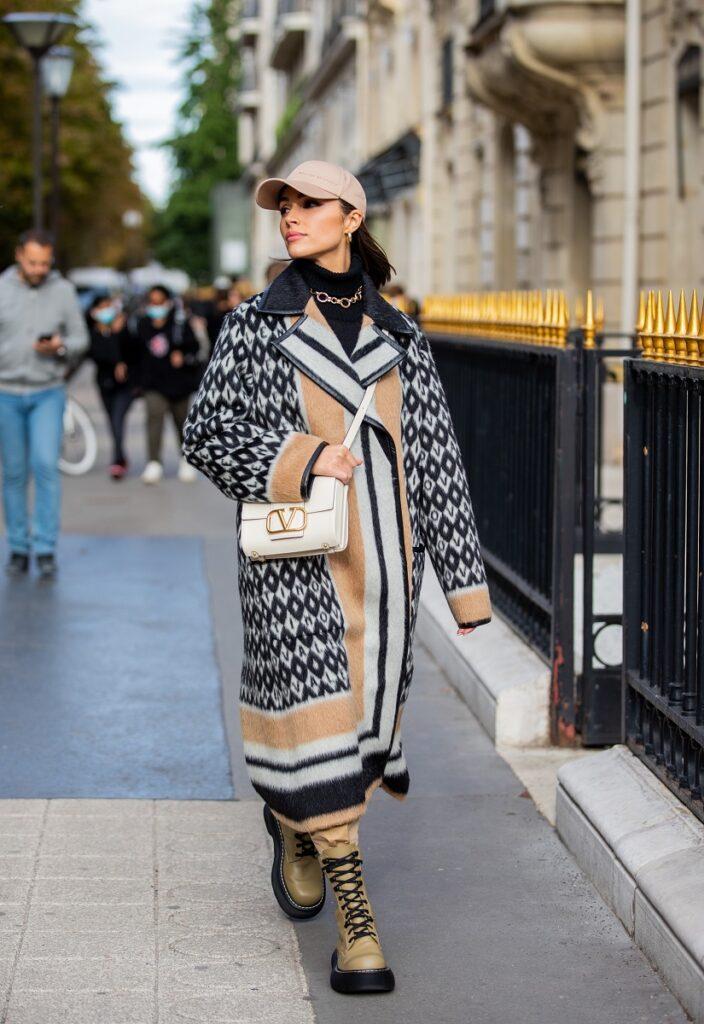 Olivia Culpo a avut o greșeală vestimentară la Săptămâna Modei de la Paris, pe care a dezvăluit-o într-un video pe Instagram. A fost fotografiată pe stradă, cu o haină supradimensionată, cu lb și negru și crem, bocanci mari, geantă albă