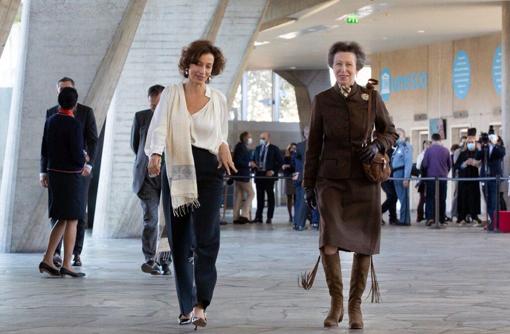 Prințesa Anne a uimit într-un compleu maro, la un eveniment UNESCO organizat în Paris în octombrie 2021. Vorbește cu o femeie îmbrăcată în alb
