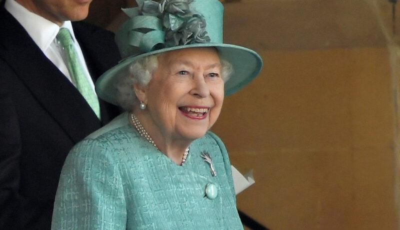 Regina Elisabeta a II-a, la evenimentul organizat cu ocazia zilei sale de naștere în 2020, la Castelul Windsor, într-o ținută verde mentă