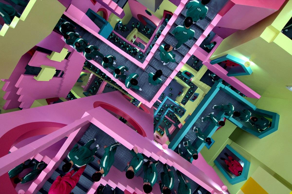 O scenă din Squid Game în care jucătorii merg pe scări roz de lego