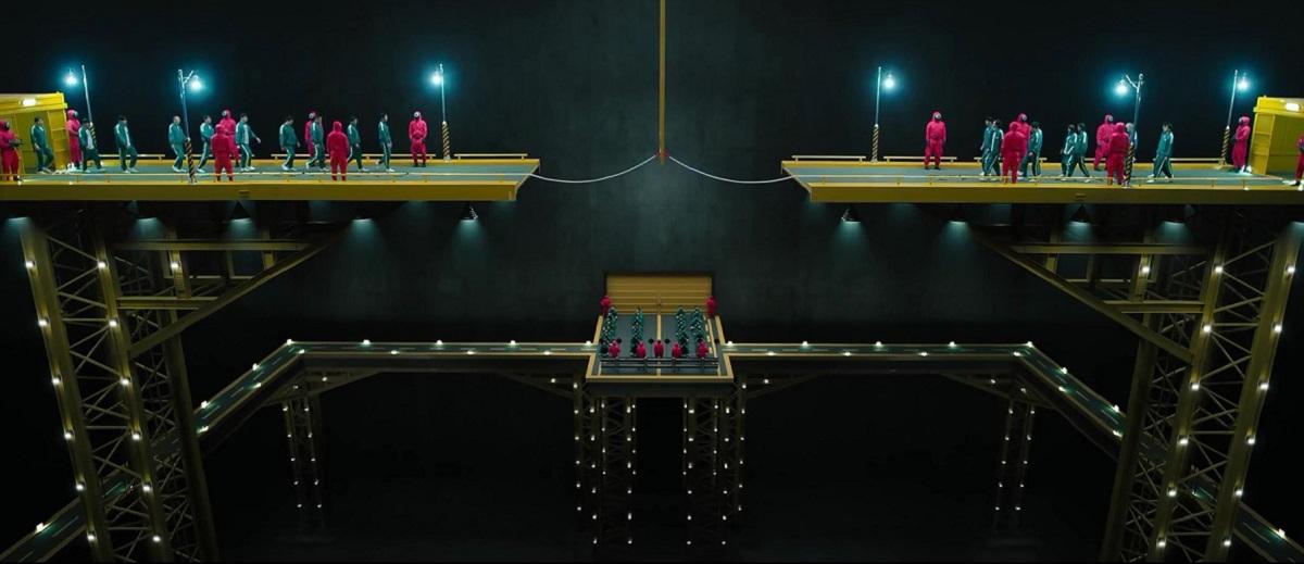 O scenă din serialul Squid Game în care jucătorii urmează să ia parte la un joc