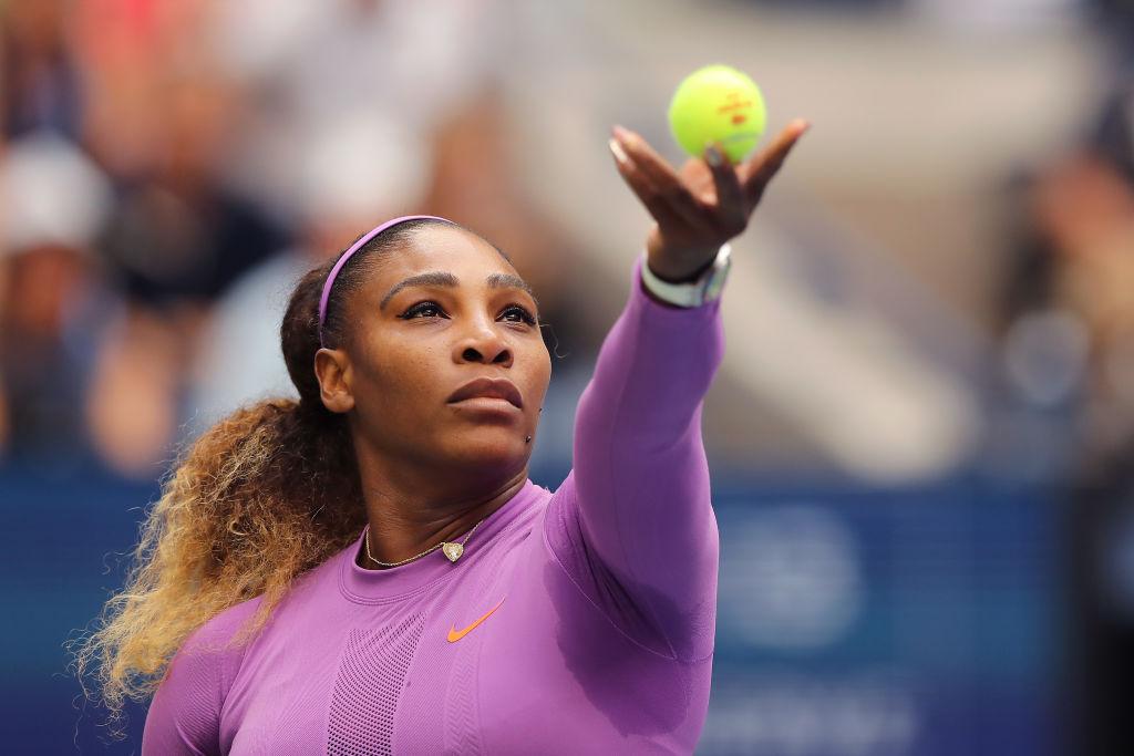 Serena Williams, pe terenul de tenis, la US Open în 2019, într-un costum mov
