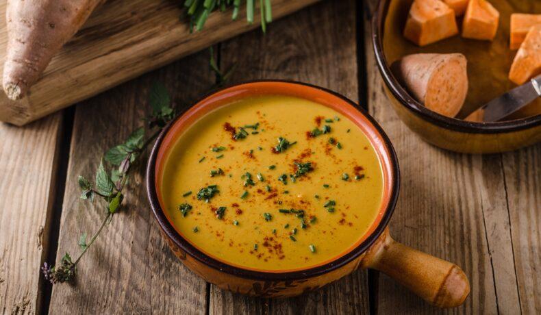 Supă cremă de cartofi dulci, aromată cu ghimbir și usturoi în bol ceramic, gata de servit