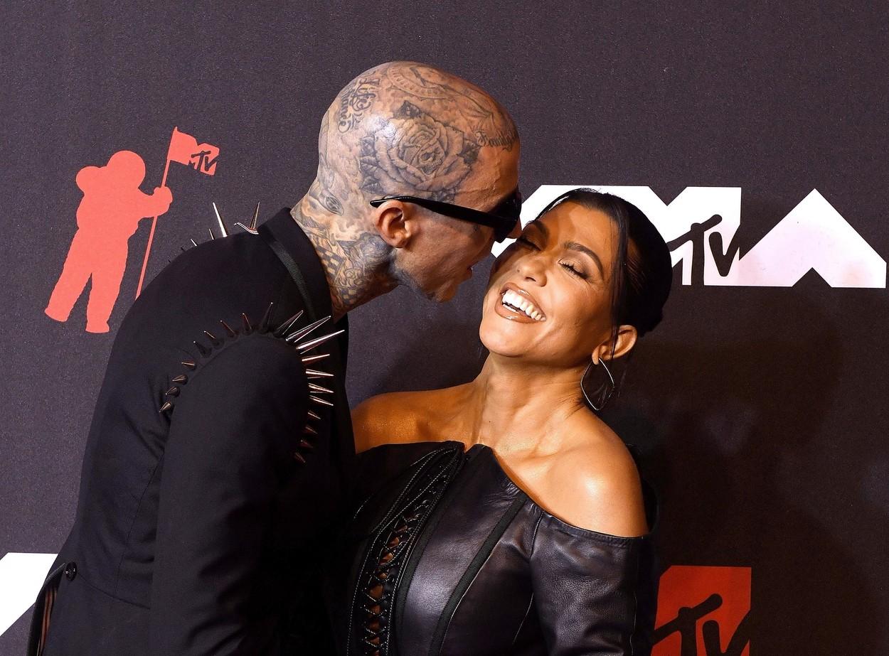 Travis Barker, o sărută pe Kourtney Kardashian pe covorul roșu, la un eveniment monden